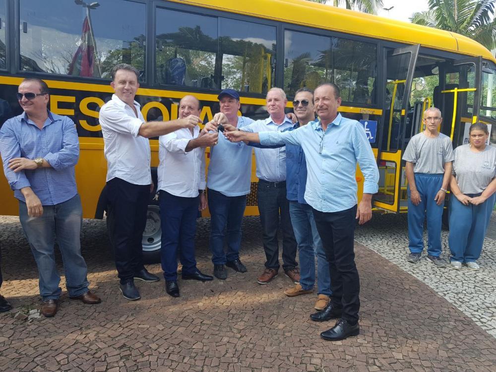 Apae de Ituporanga recebe novo micro-ônibus por meio de parceria