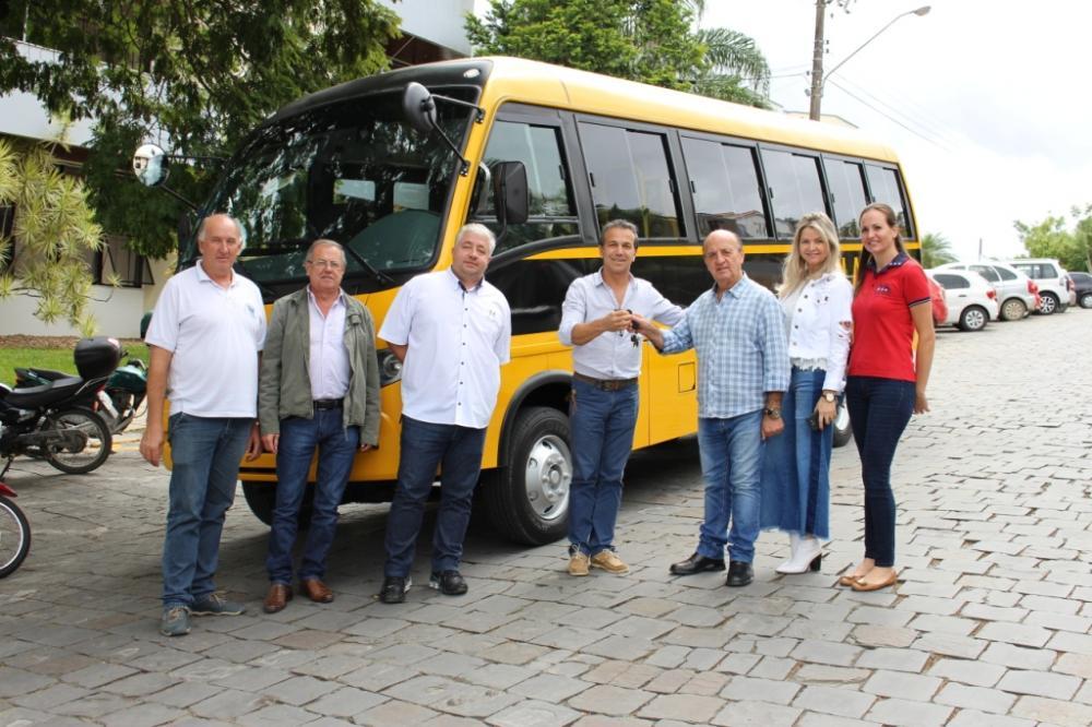 Apae de Ituporanga recebe microônibus novo adaptado
