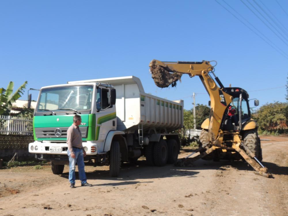 Secretarias de Agricultura e Infraestrutura executam melhorias na estrada geral de Três Barras