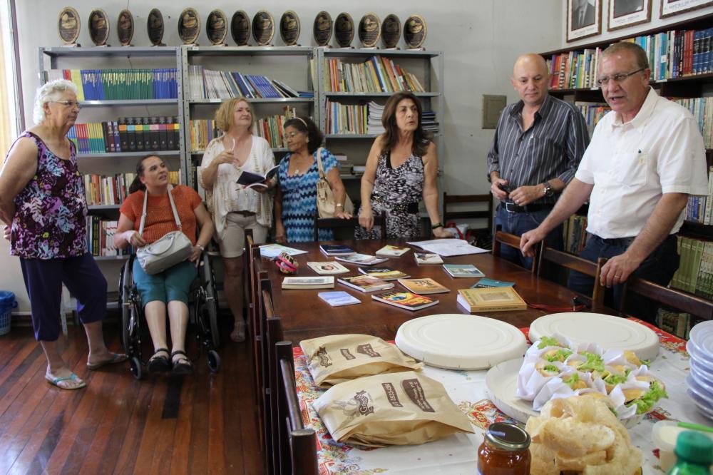 Prefeito Arno se reúne com escritores do município