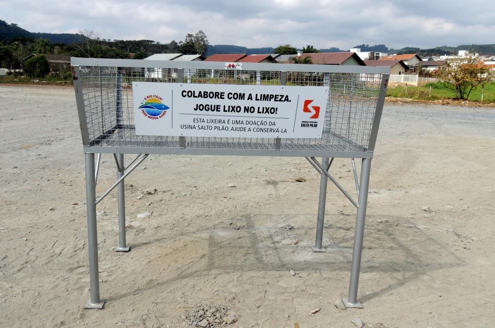 Prefeitura de Ituporanga recebe lixeiras comunitárias