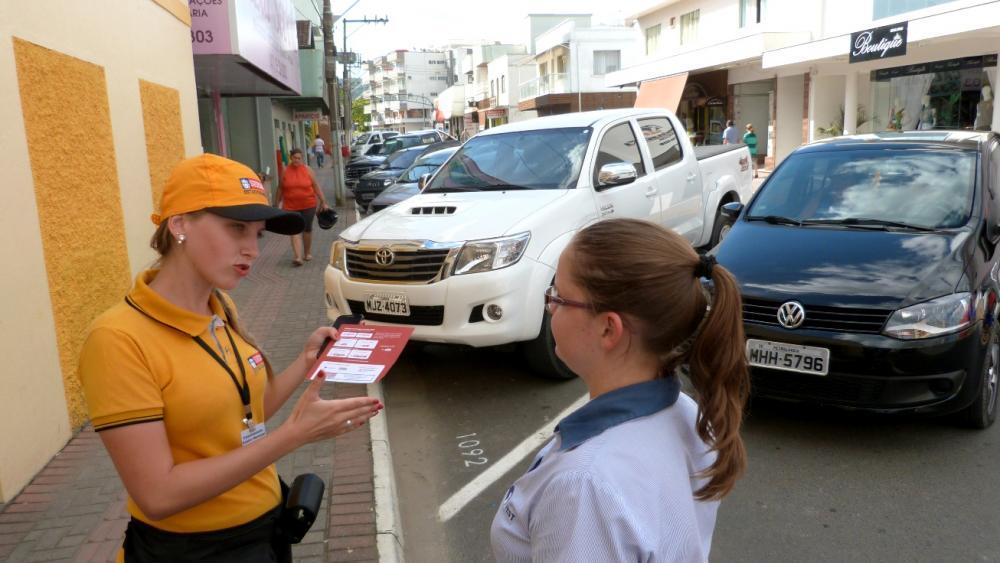 Monitoras iniciam fiscalização do Estacionamento Rotativo de Ituporanga