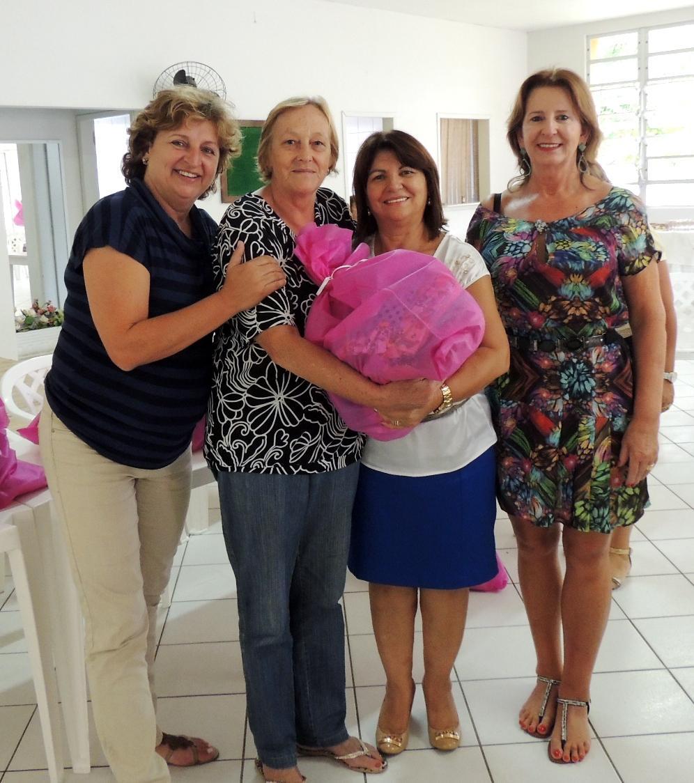 Prefeitura entrega kits de trabalho aos grupos de mulheres do Município