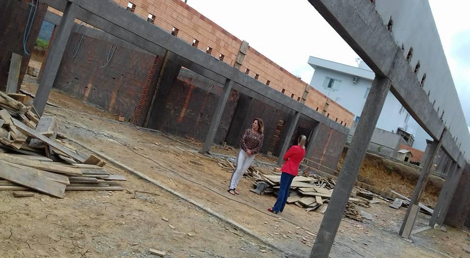 Prefeita em exercício visita creche em construção no Girassol
