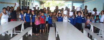 Prefeitura entrega uniforme escolar em todas as unidades de ensino no primeiro dia de aula