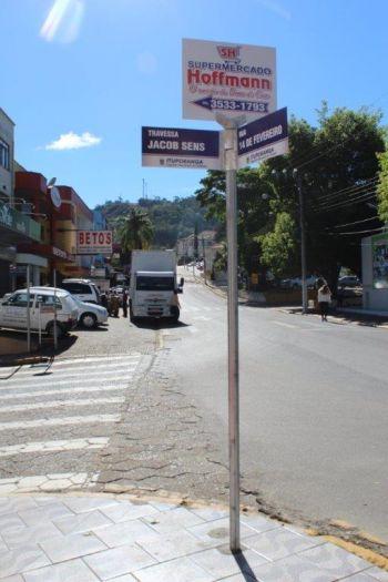 Demutran renova placas indicativas das ruas de Ituporanga