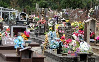 Prefeitura realiza limpeza no cemitério para o Dia de Finados