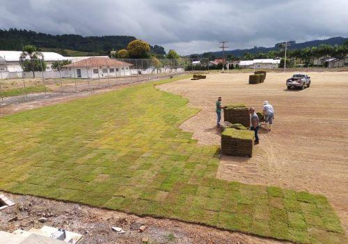 Iniciada a implantação de grama no novo Estádio Antônio Vandresen em Ituporanga