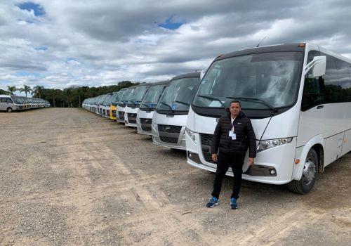 Responsável pelo transporte acompanha processo de montagem de ônibus que farão parte da frota
